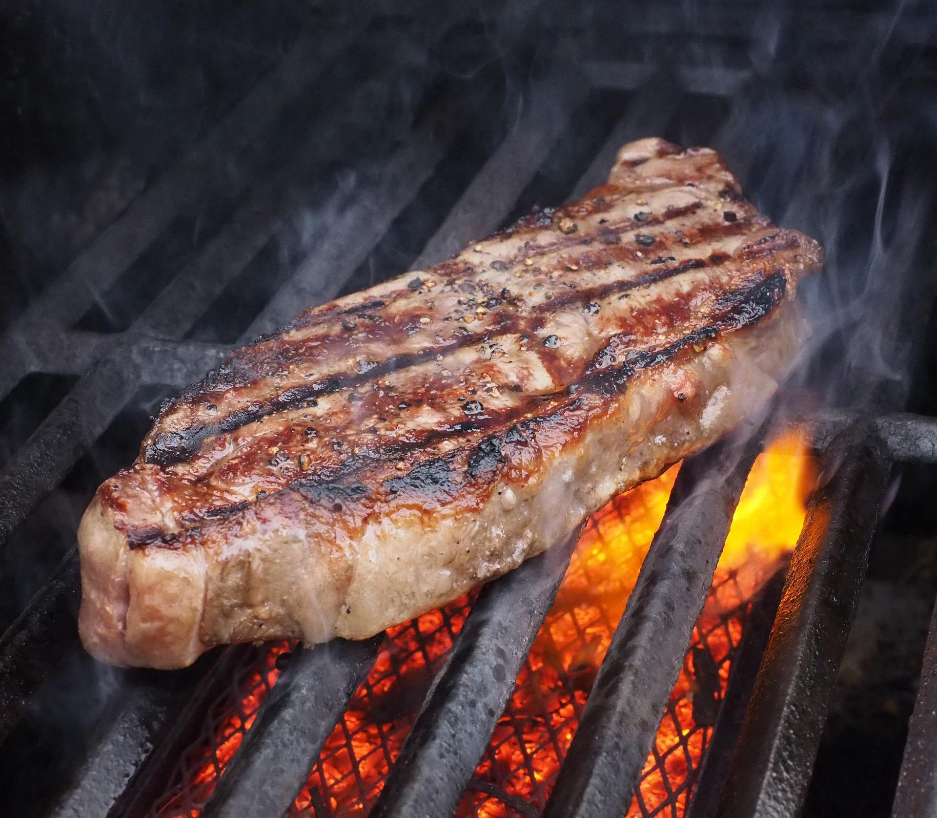 La cuisson de la viande sur le barbecue